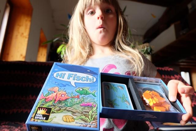 Découverte de son jeu rapportée d'Essen et Leila en est toute contente ! Elle adore le monde marin, alors, forcément...