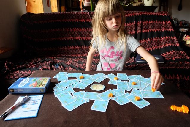 Leila installe le matériel sur la table, pour notre première partie à deux joueurs.