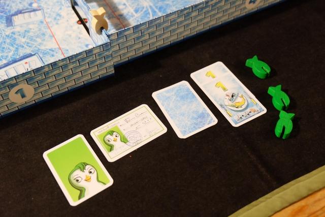 Au final, en fin de manche, j'ai réussi à conserver ma carte d'identité et à récupérer mes 3 poissons ! A noter que j'ai révélé deux cartes de valeur 1 pour rejouer un coup (pas mal cet avantage donné aux faibles cartes)...
