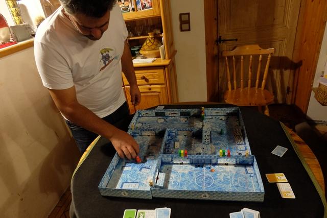 Le jeu est si bon qu'on y rejoue ! On tourne d'un cran dans l'ordre du tour pour désigner le premier surveillant de la partie.