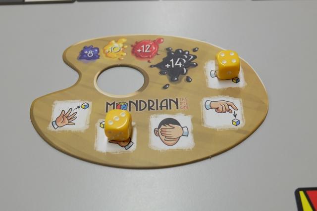Chaque joueur dispose d'une palette sur laquelle figurent les 5 actions possibles : lancer un dé de la main gauche, lancer un dé de la main droite (choisie par moi), lancer un dé les yeux fermés, lancer un dé par dessus et, enfin, lancer un dé par pichenette (choisie par moi également). Une partie dure 4 manches, sachant qu'on a 2 dés chacun  à la première, 3 à la seconde, 4 à la troisième et 5 à la dernière...