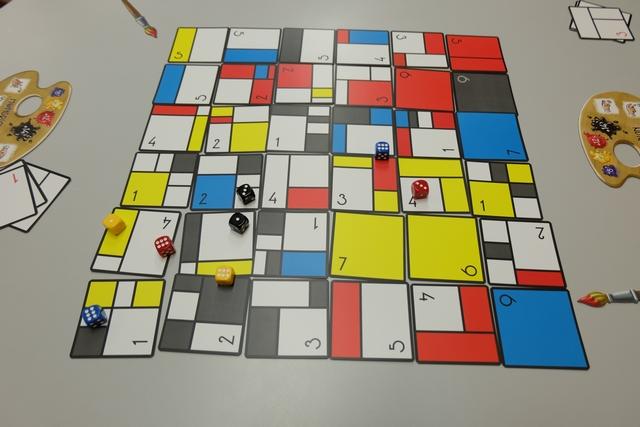 Après que chaque joueur a lancé ses deux dés lors de la première manche, nous allons attribuer les cartes à raison d'une à tour de rôle (quelques conflits sont donc à gérer lorsque plus d'un dé s'y trouve). L'idée est qu'on peut prendre une carte gratuitement si son dé atteint au moins la valeur écrite sur la carte. Dans le cas contraire, il faut payer une de ses cartes de départ (de valeur 1, 2 et 3) et la remplacer avec la carte visée, à condition d'atteindre le total.