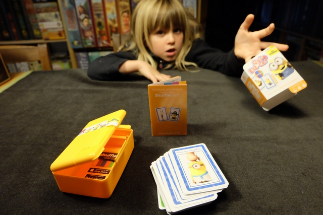 Une fois la boîte ouverte, on y trouve tout le nécessaire pour jouer : la règle, bien sûr, et les cartes en trois couleurs : orange et bleues pour les joueurs, vertes pour piocher au hasard la carte représentant le minion à trouver.