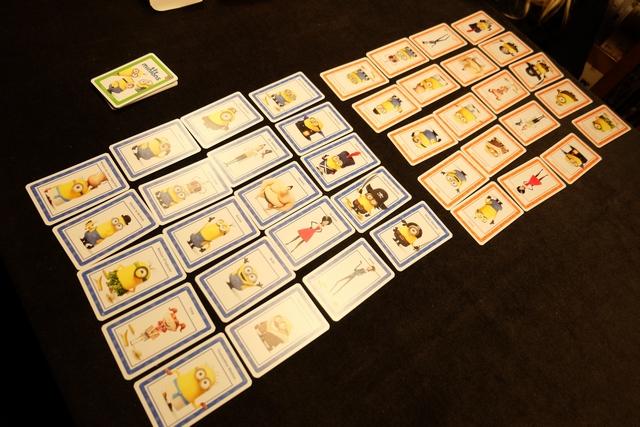 Leila a choisi les cartes orange et je me suis donc rabattu sur les bleues. Chacun a étalé ses 20 minions sur la table puis a pioché une carte verte. Allez, on va voir qui est le plus rapide pour découvrir son minion vert !