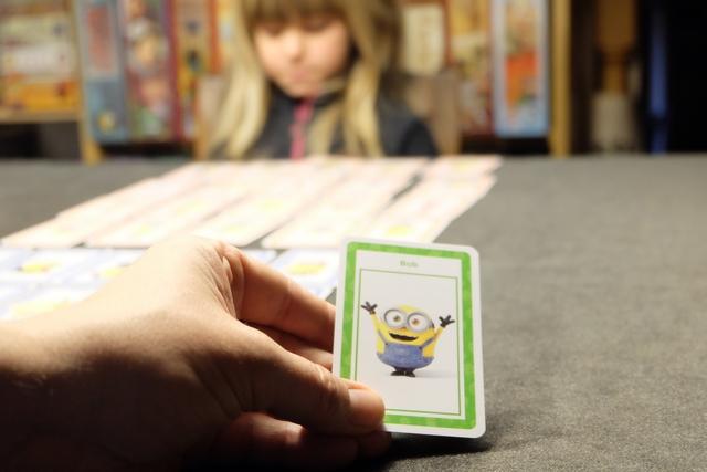 En ce qui concerne le minion que Leila doit découvrir, il s'agit de Bob que je vous présente ci-dessus. Belle qualité des cartes à noter, bien glissantes et robustes.