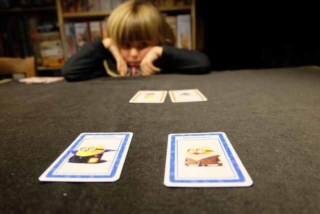 Plus que deux cartes chacun, le problème c'est que c'est à Leila de jouer et que je ne vais pas lui faire le coup, classique cependant, de tenter ma chance au hasard sur l'un des deux avant qu'elle rejoue...