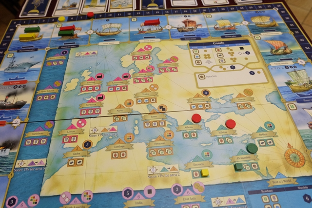 Le plateau en fin de premier tour : Odile, en rouge, a placé deux cités (et donc deux bateaux dans les zones militaires, à l'âge 1 et à l'âge 2 de la première ère), Angélique a positionné un marchand (cube jaune) sur un port pour ramasser la ressource qui s'y trouvait (et a mis un bateau aussi dans la zone de commerce de l'âge 1 de la première ère), tandis que j'ai placé un cube vert (marchand) et un disque (cité), ainsi que deux bateaux. Le passage d'un âge à l'autre vous sera présenté plus tard...