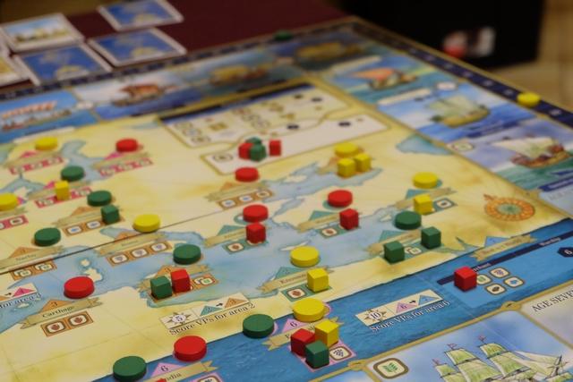 La dernière région est ouverte par Odile, avec un cube rouge, ce qui lui permet de savoir qu'elle marquera 6 PV à la fin. La fin ? Dès que 5 bateaux seront dans le dernier âge du parcours technique. On n'y est pas...
