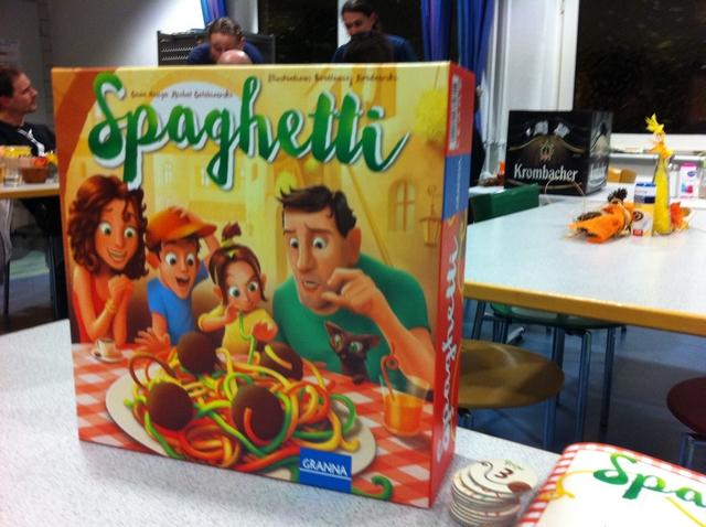 Spagheeeeeeeeeeetti ! Je pense que les gérants de notre auberge, ainsi que les autres joueurs attablés plus loin, ont encore la résonance de ce cri dans leurs pauvres oreilles ! Faut dire qu'il est fun et bien détendant ce Spaghetti découvert en ce samedi soir à Essen...