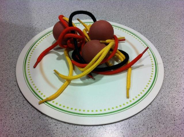 Après quelque tour, l'assiette s'est pas mal vidée. Pour le score final de la règle de base, on marquera 1 PV par spaghetti jaune (les plus courts), 2 PV par spaghetti rouge (à la tomate), 3 PV par spaghetti vert (aux épinards) et 4 PV par spaghetti noir (à l'encre de seiche, miam !)...
