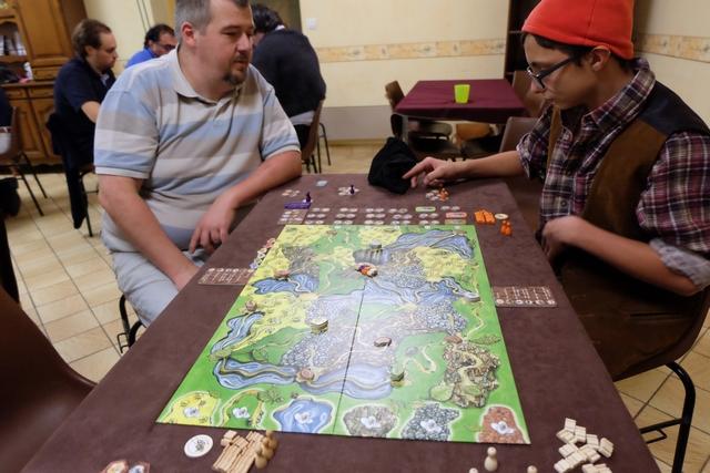 Cette partie se joue à 4 joueurs, Manon avec les éléments beiges, Edouard avec les violets, Tristan avec les orange et moi-même avec les blancs (qu'ils sont ressemblants aux beiges !!!)...