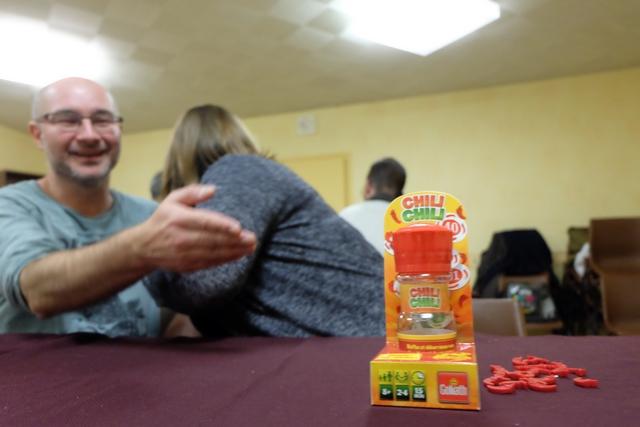 Histoire de décompresser après notre grosse partie de Round House, nous découvrons le très épicé Chili Chili, un des jeux de la nouvelle gamme Goliath sous la forme de boîte d'épice. Comme indiqué sur le slogan, c'est pour pimenter nos soirées ! Ça démarre fort... ;-)