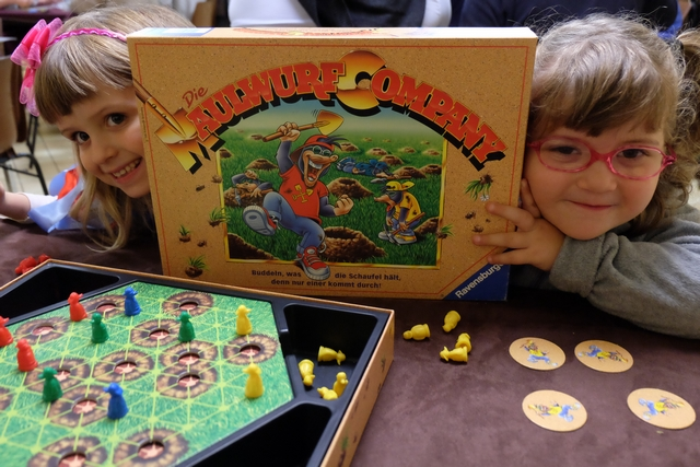 Deux petites de 6 (à gauche) et 5 (à droite) s'apprêtent à passer un très bon moment sur ce jeu que Leila n'a pas joué autant que ça finalement...