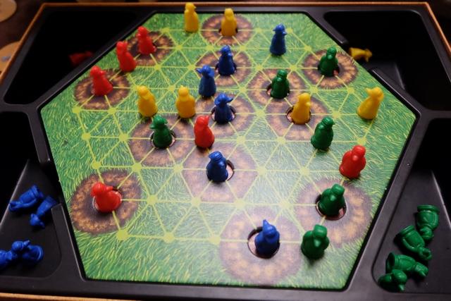 Comme avec les chaises musicales, il faut vite se jeter sur les trous vacants, à partir de jetons numérotés qu'on ne récupère qu'une fois tous retournés. Pas trop de hasard, donc, et c'est bien agréable ! Ci-dessus, on voit que Maitena (bleu) va perdre 2 taupes, Leila (rouge) 2 taupes, Justine (jaune) 4 taupes et votre serviteur (vert) 2 taupes.