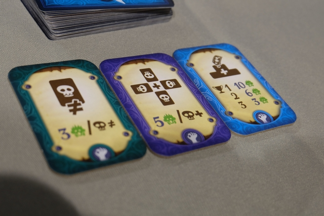 A chaque partie, on tire trois tuiles d'objectifs de PV, ce qui renouvellera considérablement les parties. Ce soir, on marquera 3 PV par type de cartes possédées, 5 PV si on totalise le plus de cartes type par type et, enfin, 10 PV si on est le joueur avec le plus de symboles Soldes, 6 PV si on est deuxième, 3 PV si on est troisième.