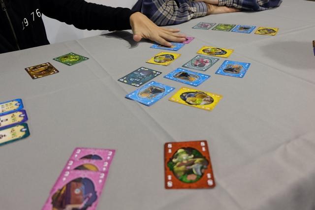 Tristan a été le premier joueur au premier tour et nous voici au début du deuxième. Il a quand même été considérablement avantagé par le fait qu'il y avait une des deux cartes 10 à l'étalage et qu'il a pu la prendre très facilement en posant une carte 1 à la place... Oui, le hasard n'est pas négligeable. De mon côté, j'ai posé deux cartes, un 1 et un 3 pour prendre deux cartes 2.