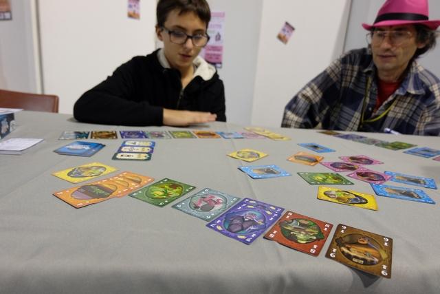 Devant moi, je commence à avoir un joli éventail des cartes du jeu : une de 1, trois de 4, une de 5, une de 6, deux de 7, une de 8 et une de 9. Mais laquelle, ou lesquelles, dépenser à chaque tour ?