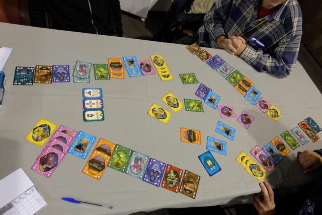 Ça en fait du matos étalé sur la table à la fin ! Au final, le jeu est plaisant, élégant et bien illustré, mais le hasard initial et, surtout, final, nous a un peu plombé le plaisir... Bon, comme il ne dure que 20 minutes, ça va, c'est plutôt globalement sympa ;-)