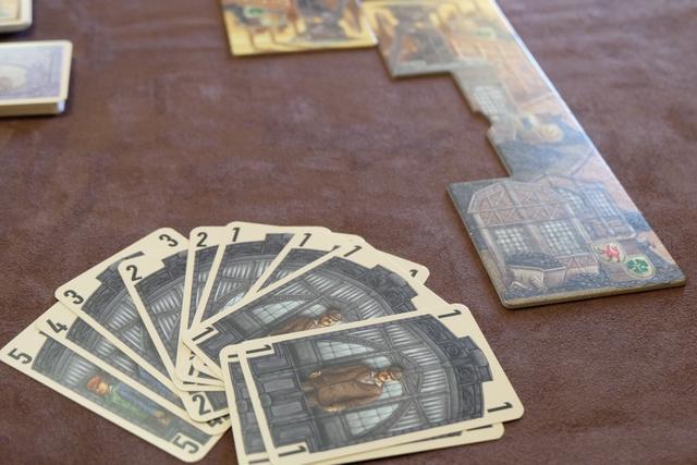 Chaque joueur dispose d'une main de cartes ouvriers constituée de : une carte des valeurs 5, 4 et 3, deux cartes de 2 et cinq cartes de 1. Comme dans le jeu de base, pour miser sur une action et la jouer, il faut toujours jouer exactement un ouvrier de plus que le joueur précédent. Exemple : si le joueur précédent à prendre un wagonnet a mis 1 ouvrier, le suivant doit en mettre exactement 2. D'où certaines difficultés pour gérer ses valeurs de cartes (notamment les plus grosses). On y reviendra...