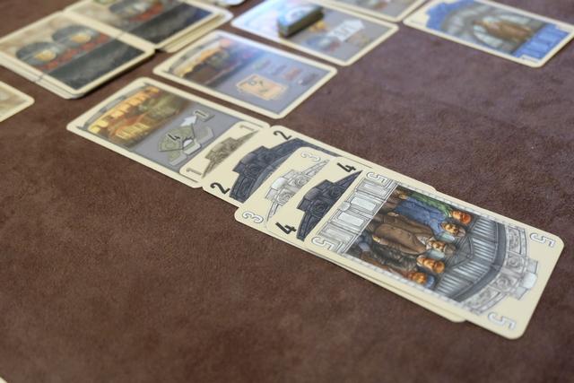 L'une des actions les plus prisées est celle qui permet de piocher 4 cartes dans l'une des piles, d'en choisir 1 et de remettre le reste sous la pile. Ca évite d'aller sur l'action, ça permet du choix et, au final, ce n'est pas si cher que ça (il faut bien les utiliser nos grosses cartes !).