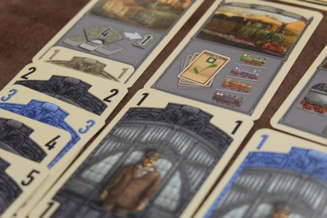 Là, je couine clairement : n'ayant que des grosses cartes, je ne peux pas livrer ! En effet, il faut expressément utiliser une carte de 2 (ou deux cartes de 1) pour pouvoir choisir l'action... Ca fait partie du jeu mais je ne maîtrise pas bien... :-(