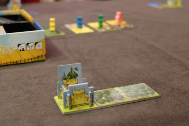 """Vous voyez donc que j'ai placé ma tuile avec deux forêts contre mon château (tuile """"joker"""" au niveau des connexions) et que j'ai positionné mon pion vert sur la troisième tuile à venir. Il n'y a aucun temps mort dans ce jeu, très dynamique, et surtout très élégant..."""