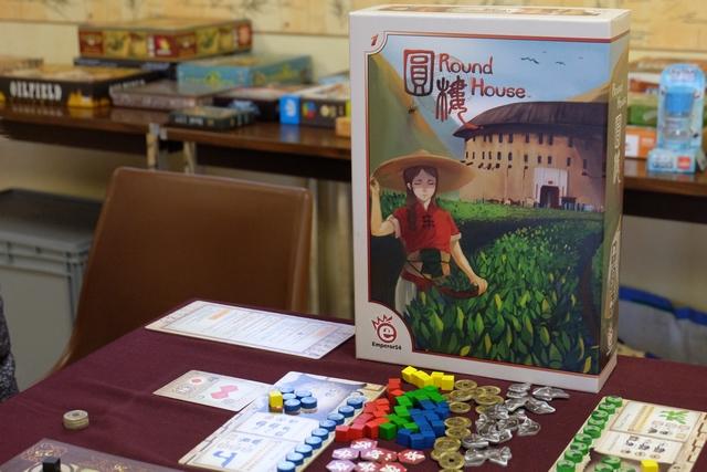 Magnifique boîte que celle de Round House, la nouveauté essenienne sortie chez EmperorS4, un éditeur taïwanais dont on ne peut vraiment se procurer les jeux qu'à Essen ! Grande envie de le découvrir et je remercie Yannick de s'être occupé de la règle...