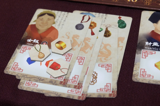 La collecte des amulettes offrira beaucoup de PV et j'ai misé là-dessus dès le départ. Ci-dessus, on voit que j'en ai 8 différentes (3 tuiles et 5 sur des cartes de personnages). Il faudrait que j'arrive à monter encore de deux ou trois et ce serait top... Le problème, c'est qu'avec sa vitesse de développement, Yannick est beaucoup plus efficace et rapide pour s'en saisir ! :-(