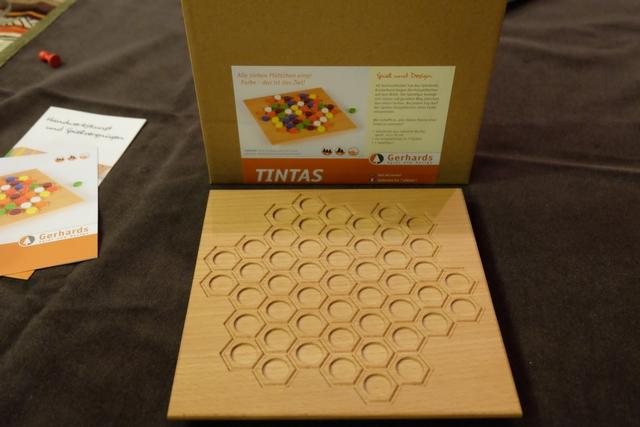 Le plateau s'apparente à un grand hexagone (pas tout à fait) composé de 49 cases, lesquelles vont être remplies par 7 fois 7 pions colorés. Aucune partie ne ressemblera donc à la précédente...