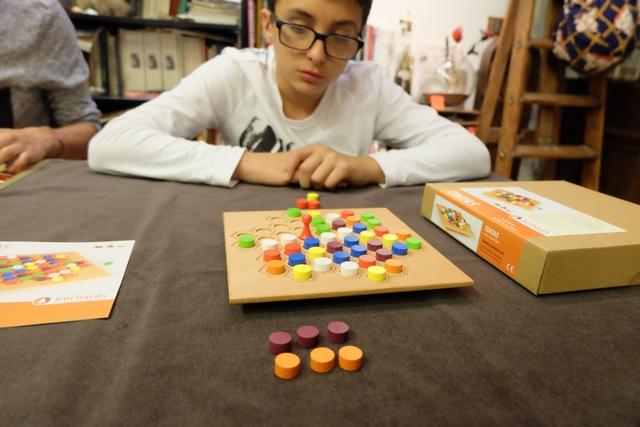 Le but du jeu est d'être le premier à avoir collecté les 7 pions d'une même couleur. Difficile. Du coup, si personne n'y parvient, gagnera le joueur ayant au moins 4 pions dans 4 couleurs différentes. Ci-dessus, j'ai déjà empoché 3 violets et 3 orange.