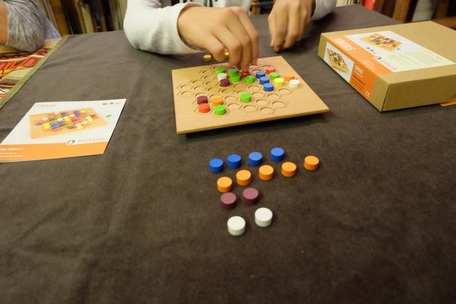 Ça a l'air de marcher pas mal, mon plan, Tristan ne se méfiant pas des bleus et se concentrant surtout sur le fait que je ne puisse pas prendre les deux derniers orange... C'est discret quand il nous en manque trois ! ;-)