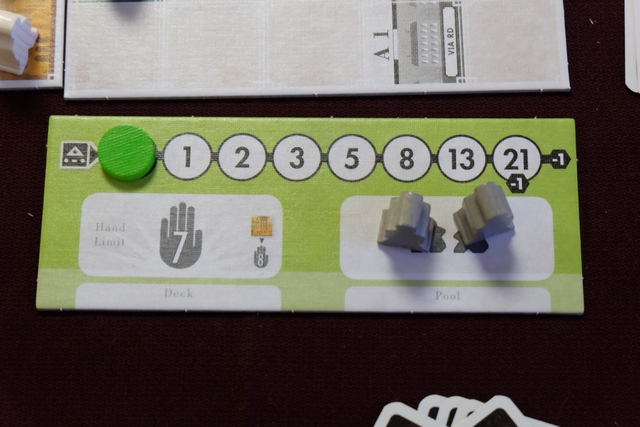 Chaque joueur dispose d'un petit plateau sur lequel est indiqué son niveau de stress (valeurs 1, puis, 1, puis 2, ...), sa taille de main de cartes (pour le moment 7), ses deux cheminots (nécessaires pour construire des rails : un par action de construction, quelle que soit la longueur réalisée) et, en-dessous, les deux zones pour disposer ses cartes : le deck dans lequel on pioche à gauche, la défausse à droite.