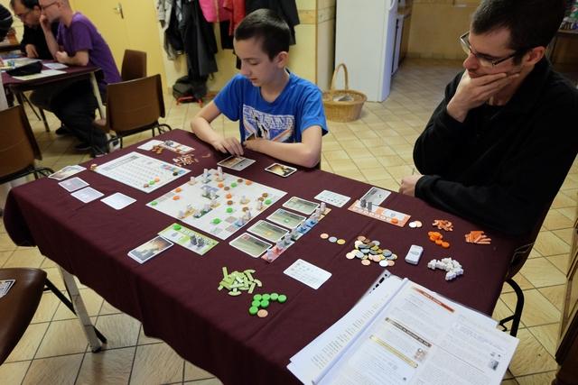 Cette partie de découverte se joue à trois joueurs, Samuel avec les éléments marron, Damien (Alendar) avec les orange et moi-même avec les verts...