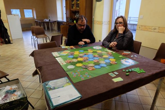 Pour cette partie de découverte, nous jouons à 3 joueurs, Jean-Luc avec les éléments bleus, Angélique avec les violets et moi-même avec les verts.