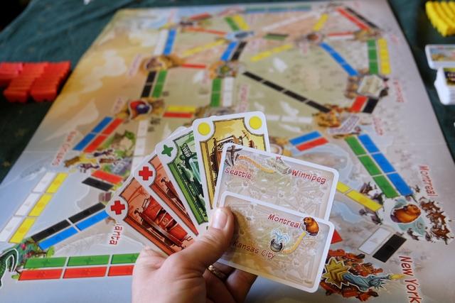 Les changements entre la version adulte et la version enfant sont minimes et c'est bien ça la prouesse d'Alan Moon et des développeurs de Days. En fait, mis à part qu'il n'y a pas d'étalage visible de cartes de wagons, qu'on a toujours deux cartes d'objectifs en main (on en reprend une quand on en réalise une), que le plus long réseau est remplacé par des cartes de Grande Traversée (une par joueur donc moins de tension) et, enfin, que la fin de partie arrive dès qu'un joueur a réalisé 6 objectifs, on est en terrain plus que connu !