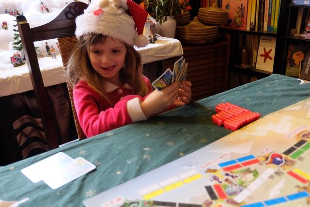 En début de partie, le plus dur pour Leila est de savoir par quoi commencer :poser des wagons (en jouant les cartes adaptées) ou prendre de nouvelles cartes de wagon en main...