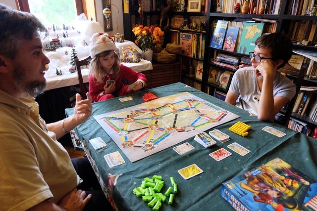 """Puis, la partie démarre vraiment et Leila joue plutôt carrément bien ! Le jeu est plus hasardeux que ses aînés, c'est clair, mais c'est plutôt mieux car tout le monde a ainsi une chance de gagner... Et on se fait bien plaisir de jouer à un jeu """"de grands"""" avec une si petite ! :-)"""