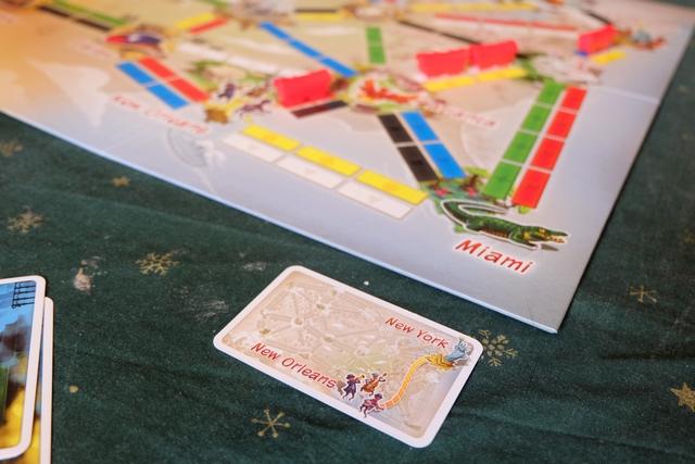 Elle réalise, en effet, la liaison entre New Orleans et New York et pose sa carte face visible sur la table, devant elle. Je rappelle qu'il en faut 6 pour gagner...