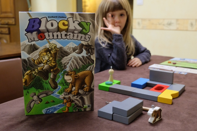 Jeu d'adresse incroyable, ce Blocky Moutains propose une infinité de parcours différents à réaliser avec l'ours ou l'explorateur ou... les deux ! Ci-dessus, on va attaquer le premier de la pile de cartes faciles (la A)...