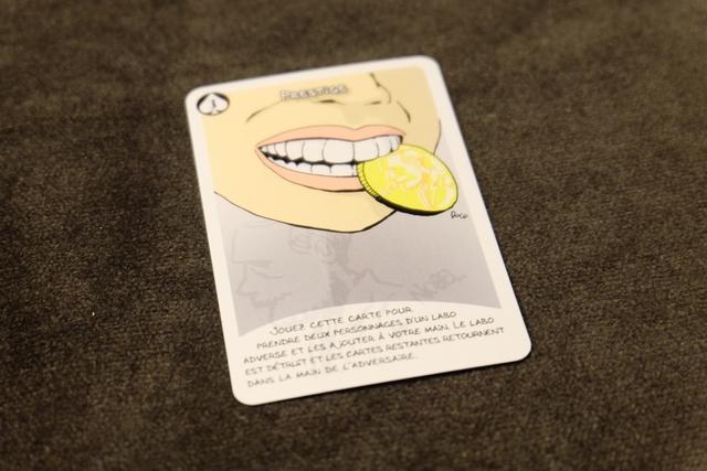 L'une des cartes spéciales est particulièrement pénible : on peut aller détruire un labo adverse, lui piquer deux cartes et lui faire récupérer les deux autres. Du coup, rien n'est jamais acquis, surtout que cette carte existe en plusieurs exemplaires...