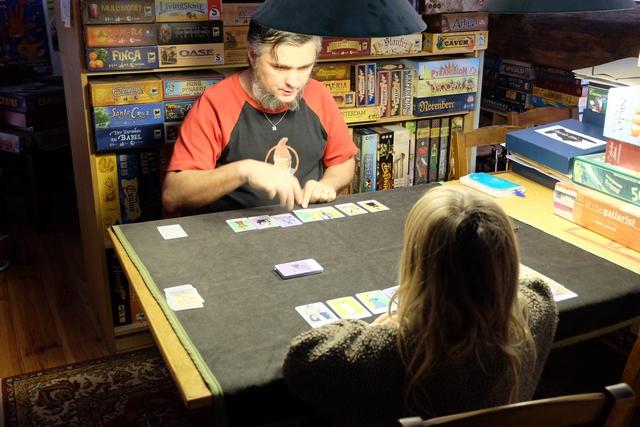 Leila réussit parfaitement à jouer à ce petit jeu sans prétention et elle s'intéresse aux personnages illustrant les cartes. Malheureusement, je n'en connais pas beaucoup et ai donc du mal à lui donner des détails sur la vie de l'une ou l'autre...
