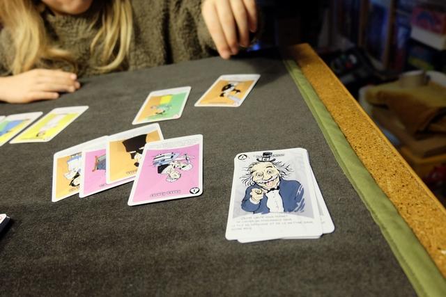 La carte spéciale avec Einstein, carte de Recrutement, permet d'aller chercher la carte de son choix dans la défausse. Cela va clairement servir à Leila... Précisons que, heureusement, les cartes spéciales sont définitivement défaussées du jeu une fois utilisées...