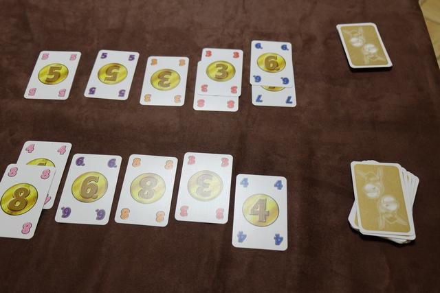 Lorsque l'on a épuisé la pioche et l'étalage, on compare nos réserves respectives pour récupérer quelques cartes de plus : le joueur majoritaire par couleur prend la carte la plus forte et la stocke dans ses plis. Ci-dessus, donc, on voit que Jean-Luc empochera le 8 rouge et le 7 bleu, alors que j'empocherai le 8 rose, le 6 violet et le 8 orange. Donc il marque 15 PV et moi 22 PV ainsi. Est-ce que ce ne serait pas déterminant quand même et quasiment incontrôlable ?