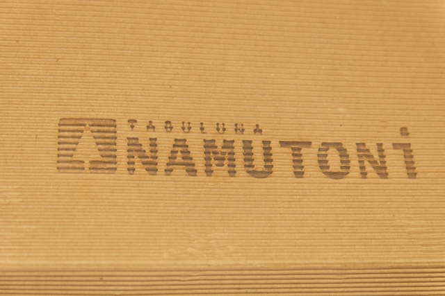 Namutoni se présente dans une boîte marron, style papier kraft en carrément plus épais, avec des faces gondolées. Ce n'est pas le plus esthétique, crtes, mais une fois le matériel déballé, comme toujours chez Gerhards, on est subjugué par le matériel...