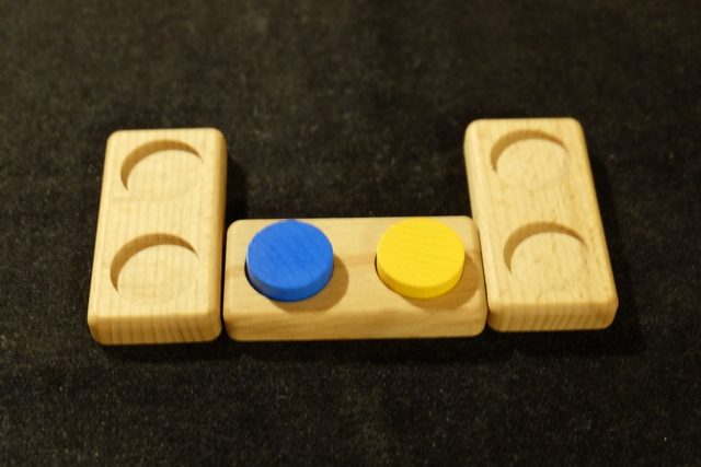 A son tour, le joueur actif a deux choix : soit il place un domino vide (en respectant quelques menues règles de placement), soit il place une paire de jetons dans un domino vide. Dans ce dernier cas, s'il remplit le dernier domino vide, il doit en placer un autre en plus de son tour. Et c'est tout !