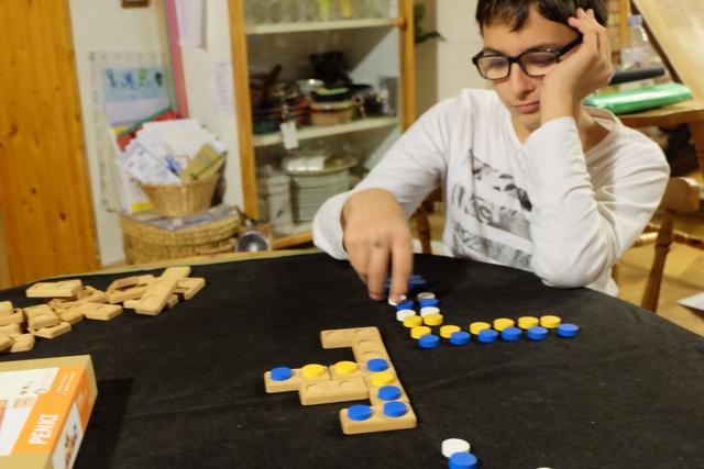 Déroutant, de par son double mécanisme de dominos vides et de paires prétirées, le jeu est en fin de compte déjà assez familier, avec cet alignement de 5 jetons à obtenir. On n'est pas dépaysé...