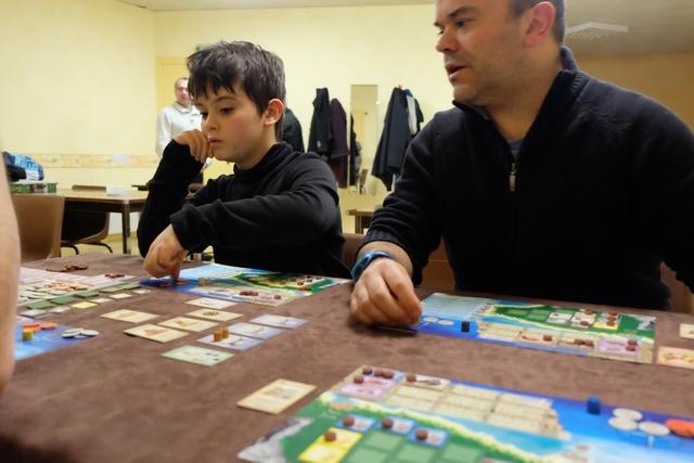 Raphaël, jeune joueur, comprend très vite et très bien la mécanique du jeu et il semble, comme son père, se faire bigrement plaisir sur celui-ci !