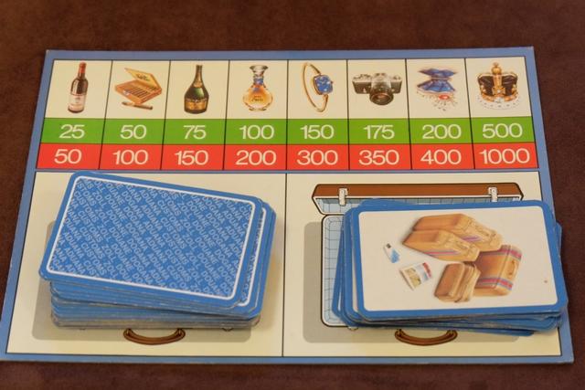 Quand vient son tour, le joueur actif pioche 4 cartes (ou récupère les 4 cartes de son voisin de droite s'il n'avait pas été inquiété par le douanier, en défausse 1 et en pioche 1 nouvelle). Ensuite, il doit annoncer ce qu'il a à déclarer et payer les taxes (ligne verte) en conséquence. Si le douanier juge qu'il a dit la vérité, le joueur suivant prend son tour (à moins que lui-même décide de contester le contenu de la valise, ce qui peut lui rapporter 1000 F de la part du douanier s'il a raison !). Si le douanier pense que le joueur a menti, il révèle les 4 cartes du joueur et, s'il avait raison, il contraint le joueur menteur à lui payer la valeur des taxes de la ligne rouge (même pour les articles déclarés) !!! En cas d'erreur, dans n'importe quelle situation, le joueur fautif paie 200 F au joueur visé (accusation fausse, ...).