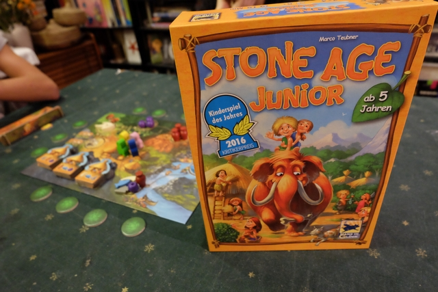 Pas de mystère, dans Stone Age Junior, on va jouer à l'âge de pierre en version enfants ! ;-)