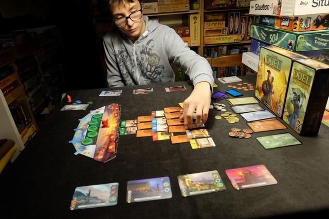 """Sur les cartes de la """"pyramide"""", Tristan installe des jetons correspondant aux Divinités : lorsqu'un joueur prendra l'une de ces cartes, il choisira l'une des deux premières cartes de la pile de la même Divinité et la positionnera à l'un des emplacements libres du nouveau plateau d'actions (tout à fait à gauche). La subtilité c'est que, durant l'âge 2, on paiera plus ou moins cher une de ces cartes en fonction de sa position justement..."""